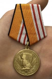 "Медаль ""Генерал-майор Александр Александров"" - вид на руке"