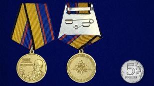 """Медаль """"Главный маршал артиллерии Неделин"""" - сравнительный размер"""