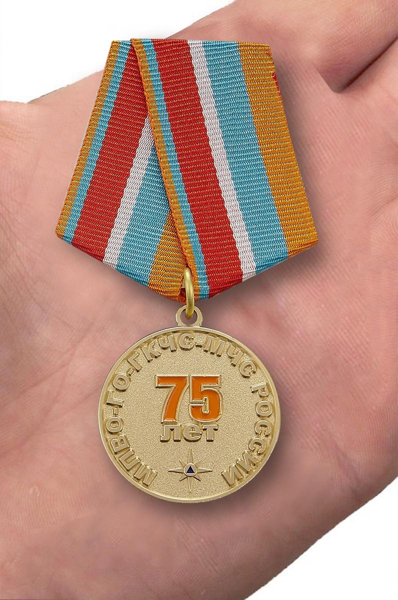 Медаль Гражданской обороне МЧС 75 лет - вид на ладони