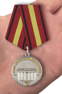 """Медаль """"ГСВГ 70 лет"""" в футляре из бархатистого флока - вид на ладони"""