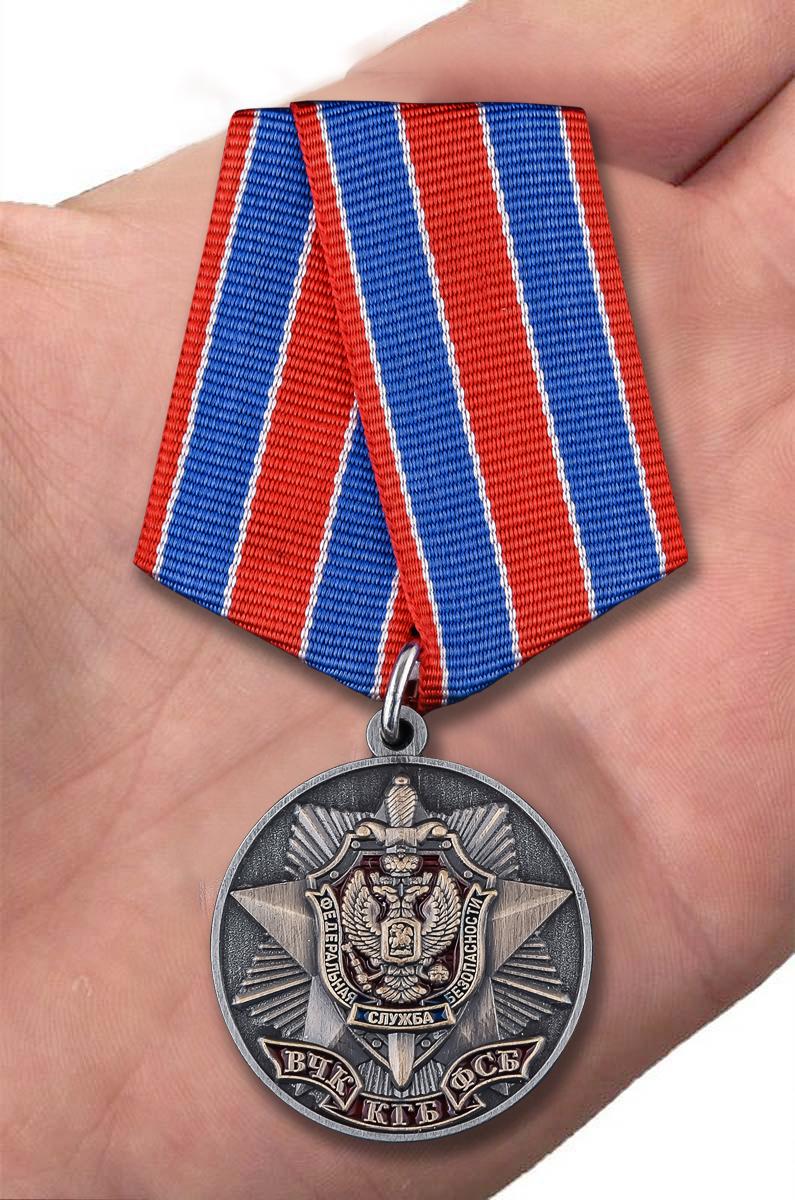 Медаль к 100-летию Органов Госбезопасности в футляре из флока с прозрачной крышкой - вид на ладони