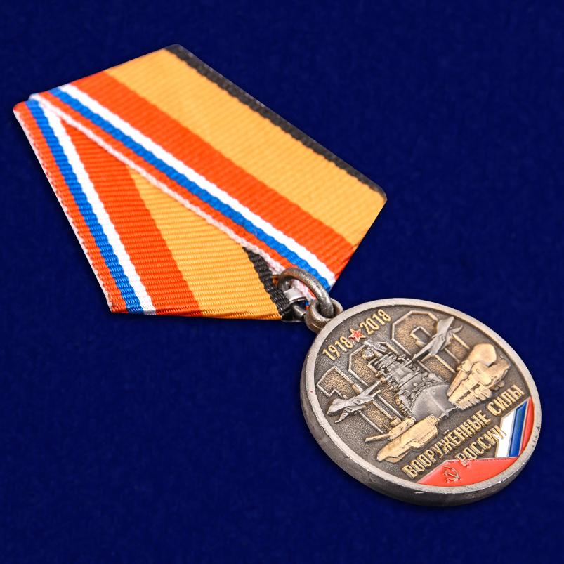 Медаль к 100-летию Вооруженных сил России в бордовом футляре из флока - общий вид