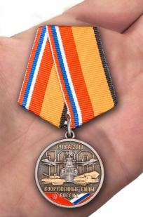 Медаль к 100-летию Вооруженных сил России в бордовом футляре из флока - вид на ладони