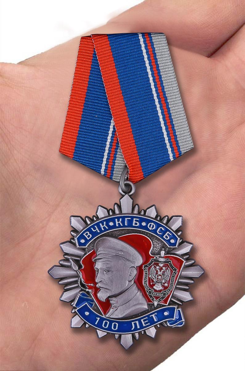 Медаль к 100-летнему юбилею ВЧК-КГБ-ФСБ Ф. Дзержинский - вид на ладони