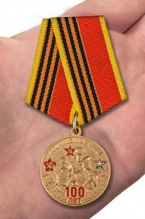 Медаль к 100-летнему юбилею Вооруженных сил - вид на ладони