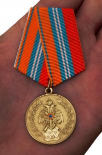 Медаль к 20-летию ГКЧС-МЧС в бархатистом футляре с пластиковой крышкой - вид на ладони