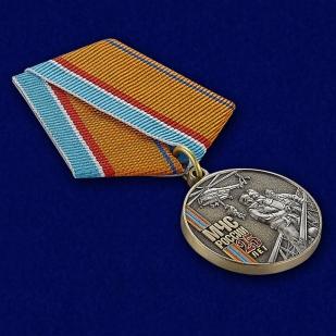Медаль к 25-летию МЧС России - вид под углом