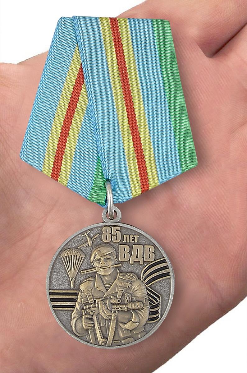 """Медаль к 85-летию """"Воздушный десант"""" - вид на ладони"""