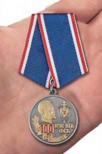 Медаль к юбилею ВЧК-КГБ-ФСБ 100 лет в футляре из бархатистого флока с прозрачной крышкой - вид на ладони