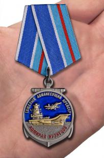 """Медаль Крейсер """"Адмирал Кузнецов"""" в футляре из бархатистого флока с прозрачной крышкой - вид на ладони"""