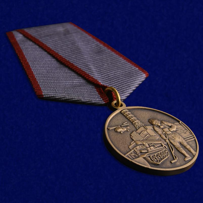Медаль Ликвидатору ядерных катастроф - вид на ладони