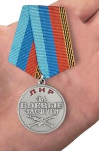 """Медаль ЛНР """"За боевые заслуги"""" в футляре с удостоверением - вид на ладони"""
