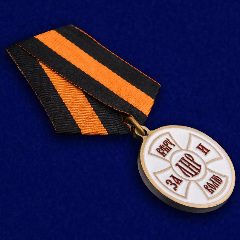 """Медаль ЛНР """"За Веру и Волю"""" в футляре из бархатистого флока - общий вид"""
