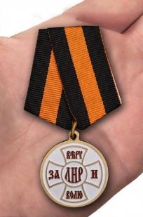"""Медаль ЛНР """"За Веру и Волю"""" в футляре из бархатистого флока - вид на ладони"""