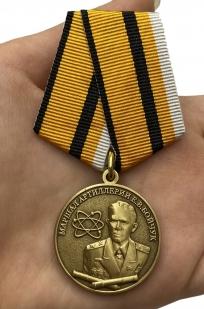 Медаль Маршал Бойчук МО РФ на подставке - вид на ладони