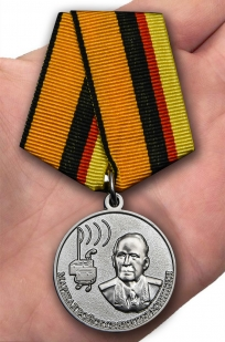 Медаль Маршал Пересыпкин в футляре с удостоверением - вид на ладони