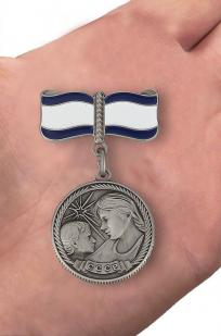 Медаль Материнства СССР 1 степени (муляж) - вид на ладони
