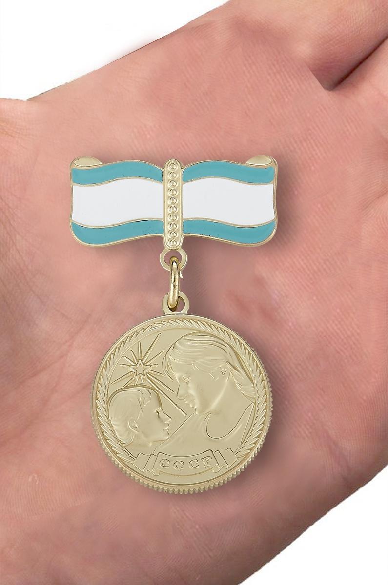 Медаль Материнства СССР 2 степени (муляж) - вид на ладони