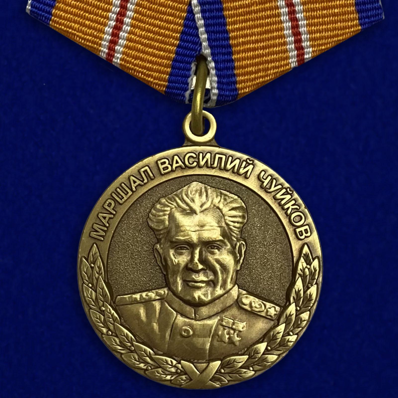 Купить медаль МЧС Маршал Василий Чуйков на подставке выгодно онлайн