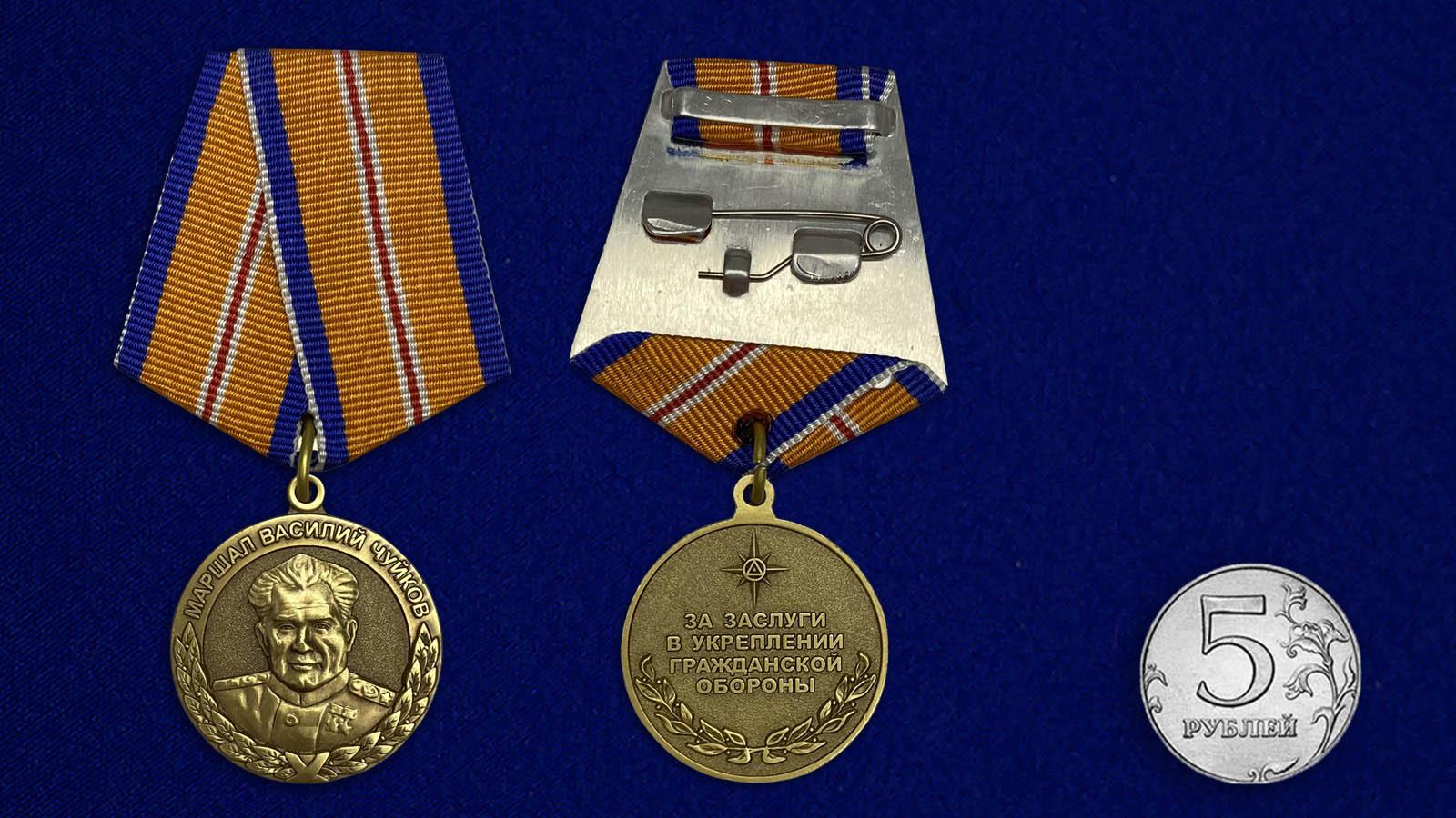 Медаль МЧС Маршал Василий Чуйков на подставке - сравнительный вид