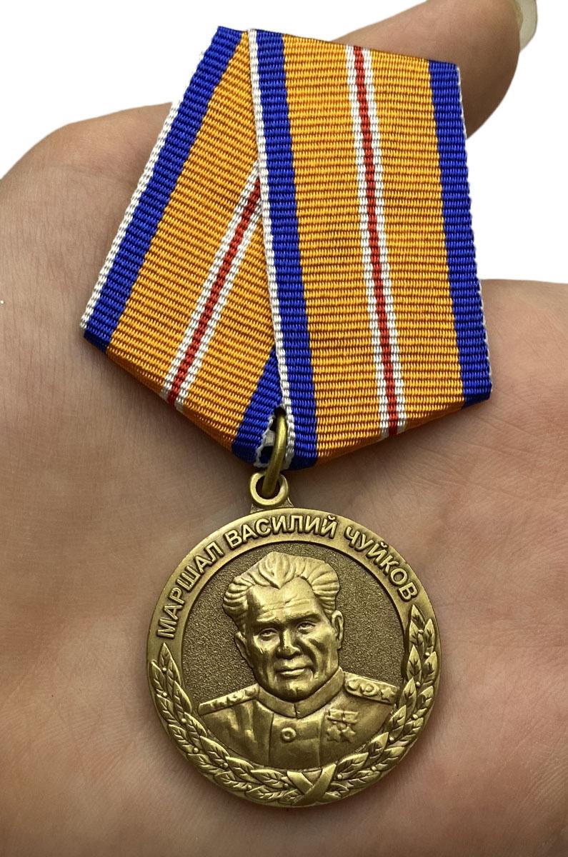 Медаль МЧС Маршал Василий Чуйков на подставке вид на ладони