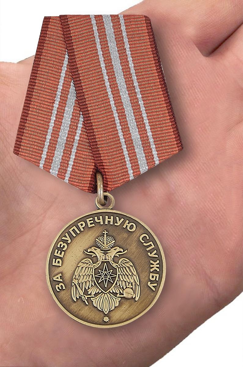 Медаль МЧС РФ За безупречную службу - вид на ладони