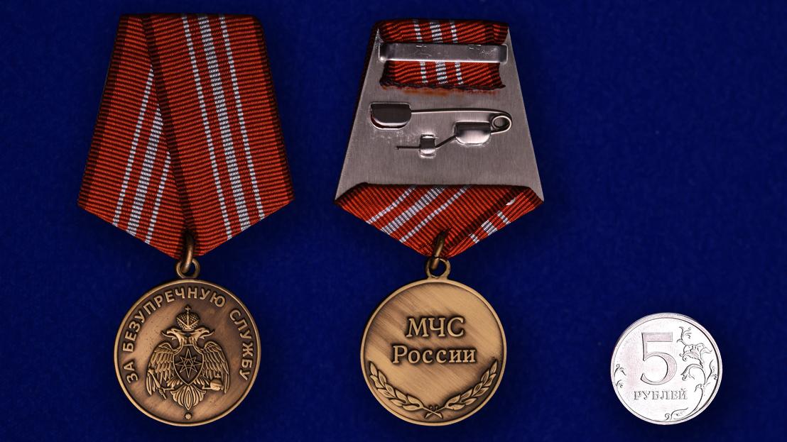 Медаль МЧС России «За безупречную службу» - сравнительный размер