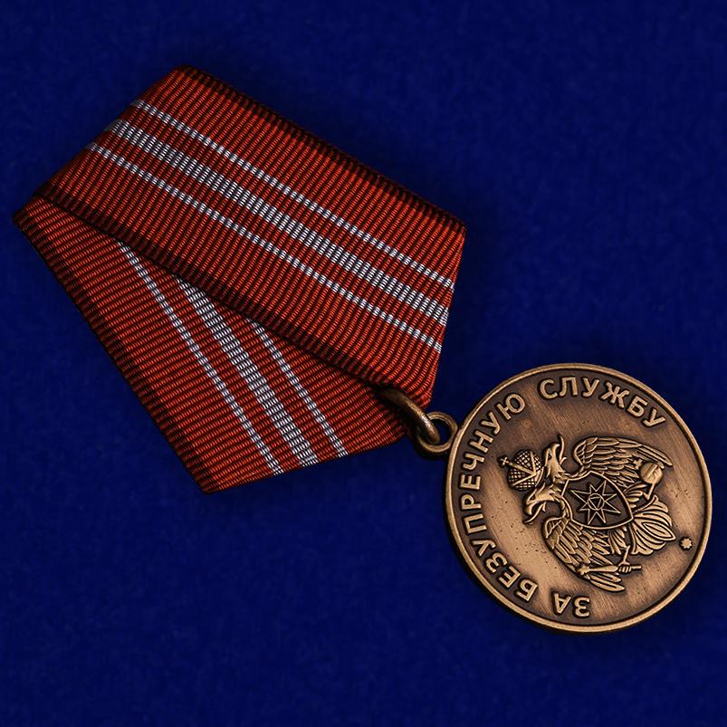 Медаль МЧС России «За безупречную службу» - вид под углом