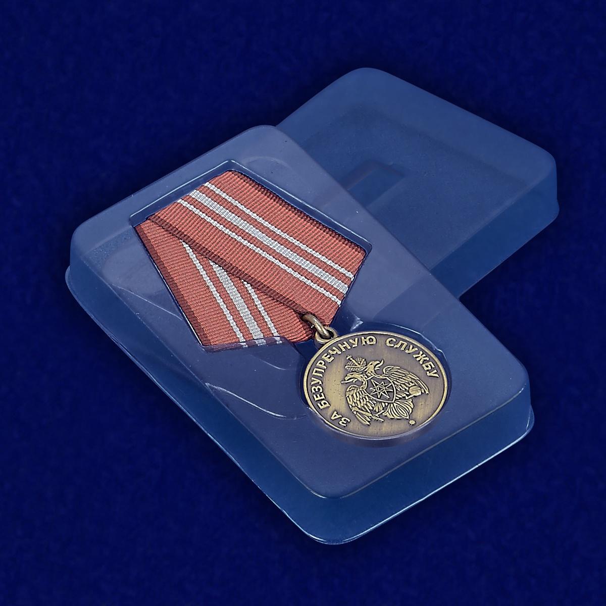 Медаль МЧС России «За безупречную службу» - вид в футляре