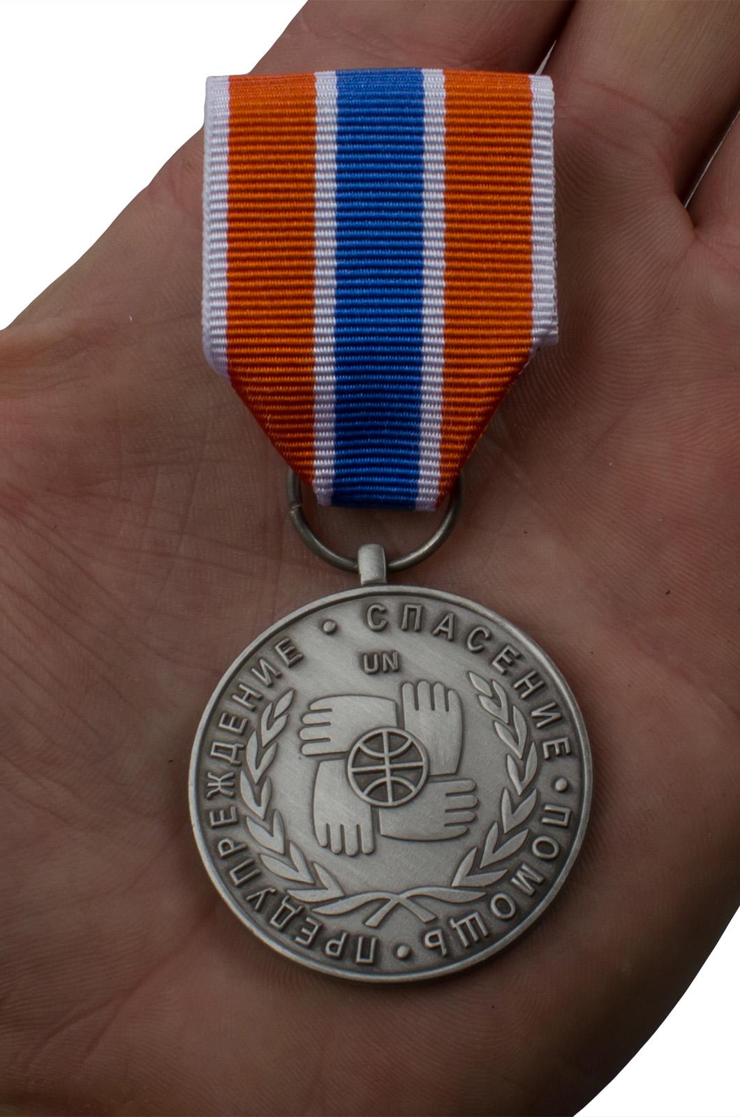 "Медаль МЧС ""Участнику чрезвычайных гуманитарных операций"" - вид на ладони"