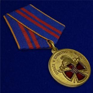 Медаль МЧС За особый вклад в обеспечение пожарной безопасности особо важных государственных объектов - вид под углом
