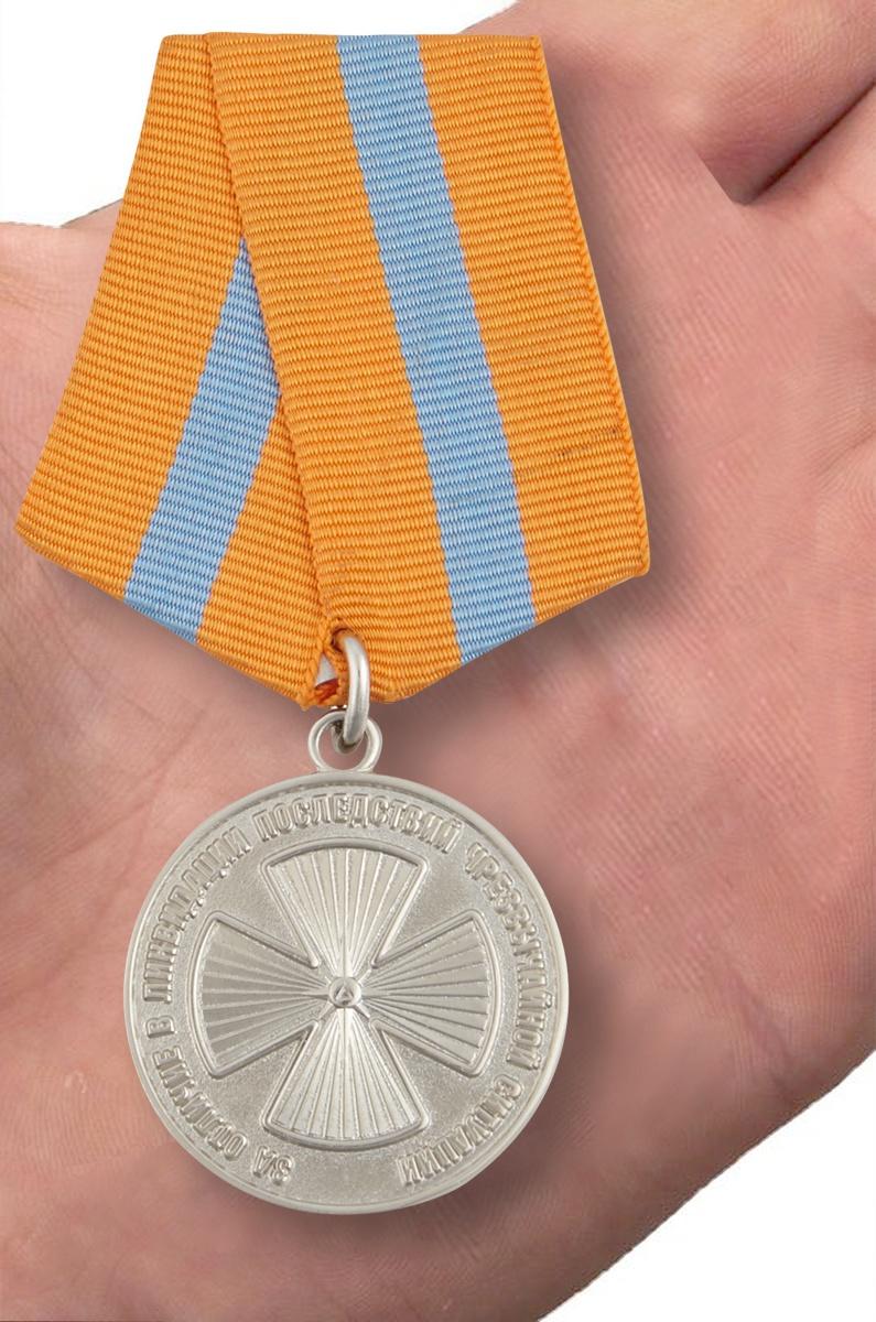 Медаль МЧС «За отличие в ликвидации последствий ЧС» - вид на ладони