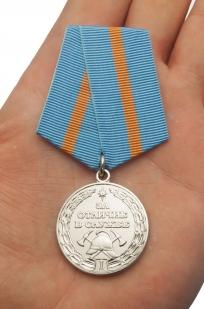 Медаль МЧС За отличие в службе 1 степени - на ладони