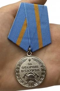 Медаль МЧС За отличие в службе 1 степени  на подставке - вид на ладони