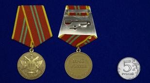 Медаль МЧС За отличие в военной службе 2 степень на подставке - сравнительный вид