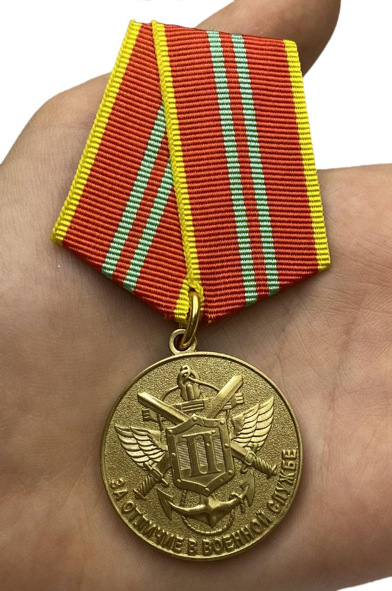 Медаль МЧС За отличие в военной службе 2 степень на подставке - вид на ладони