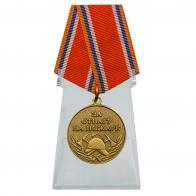 Медаль МЧС За отвагу на пожаре на подставке