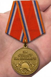 Медаль МЧС За отвагу на пожаре на подставке - вид на ладони