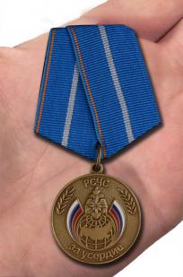 "Медаль МЧС ""За усердие"" - вид на ладони"