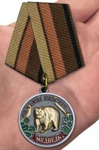 """Медаль """"Меткий выстрел"""" (Медведь) - вид на руке"""