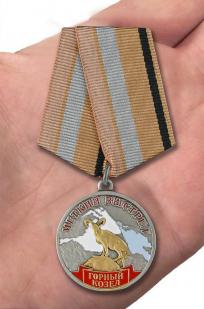 Медаль Меткий выстрел Горный козел - вид на ладони