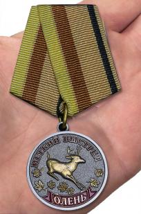 Медаль Меткий выстрел Олень - вид на ладони