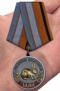 Медаль Меткий выстрел Заяц - вид на ладони