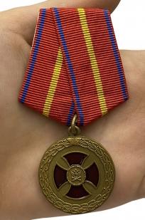 Медаль Министерства Юстиции За усердие 1 степени - вид на ладони
