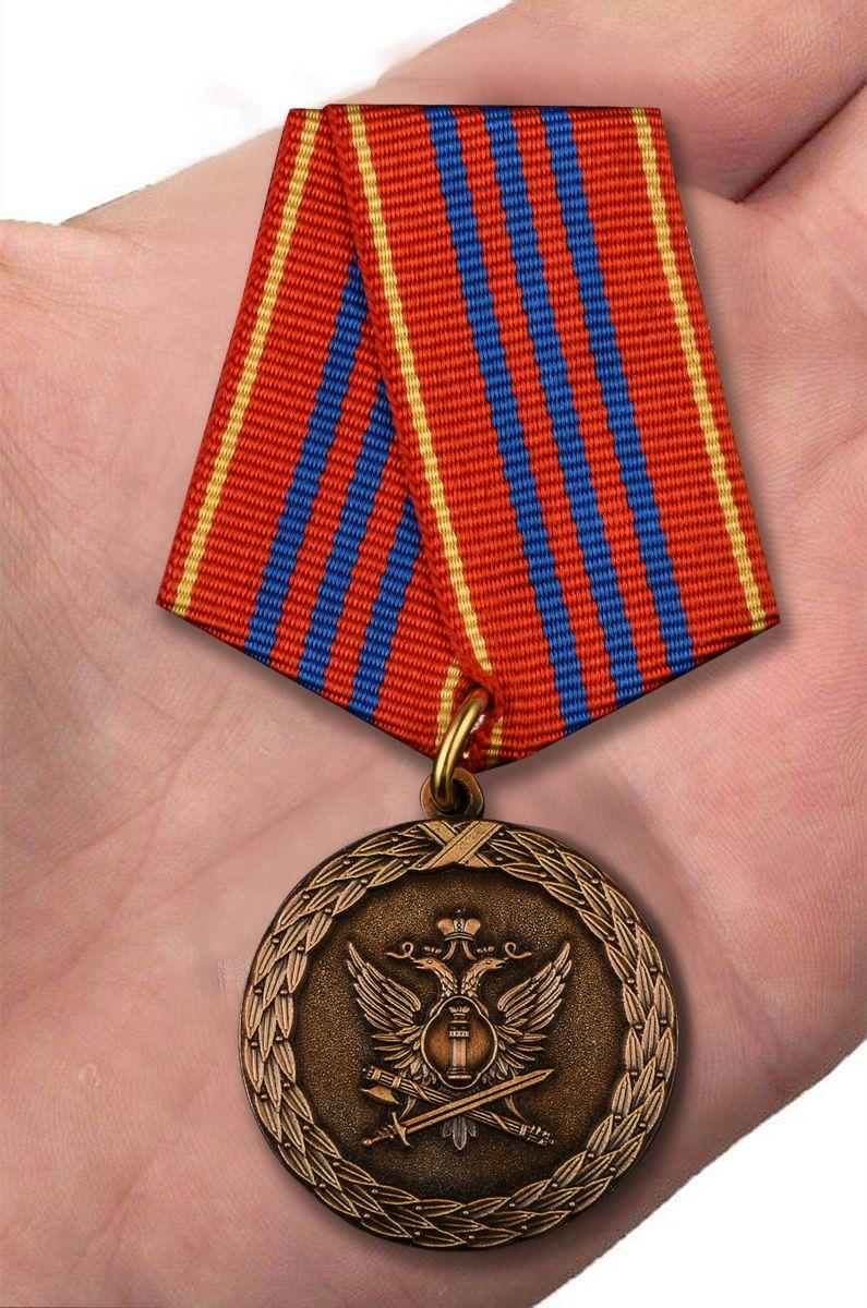 Медаль Минюста России За службу 3 степени - вид на ладони