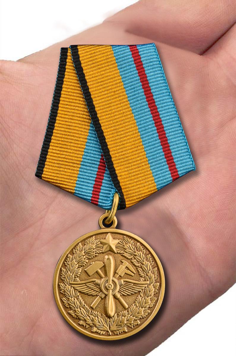 Медаль МО РФ 100 лет Инженерно-авиационной службе в наградном футляре из бархатистого флока - вид на ладони