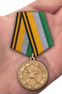 Медаль МО РФ 100 лет военной торговле - вид на ладони