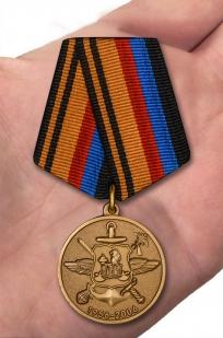 Медаль МО РФ 50 лет Роте почетного караула Военной комендатуры Москвы - вид на ладони