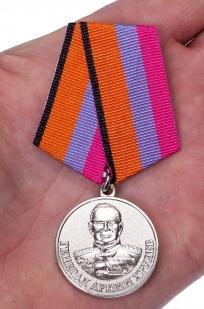 Медаль МО РФ Генерал армии Хрулев - вид на ладони
