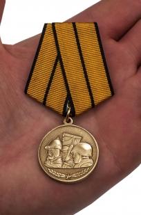 Медаль МО РФ Памяти героев Отечества - вид на ладони